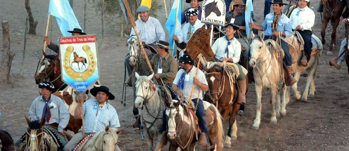 Desfile gaucho en Villa Tulumaya