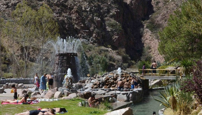 Jardin junto al Rio Lento - Parque de Agua Termas Cacheuta