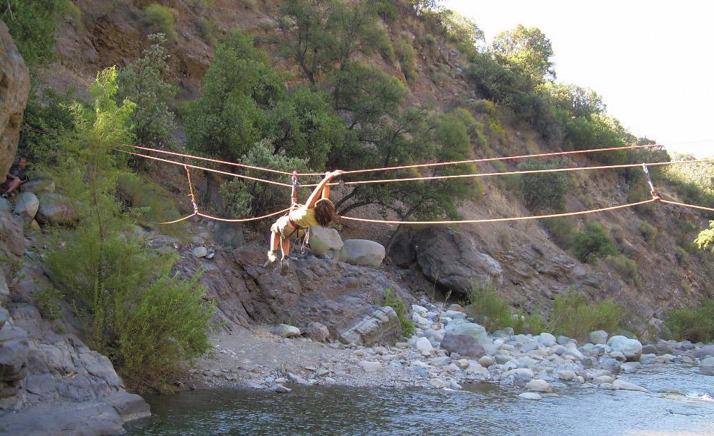 Tirolesa cruzando el rio